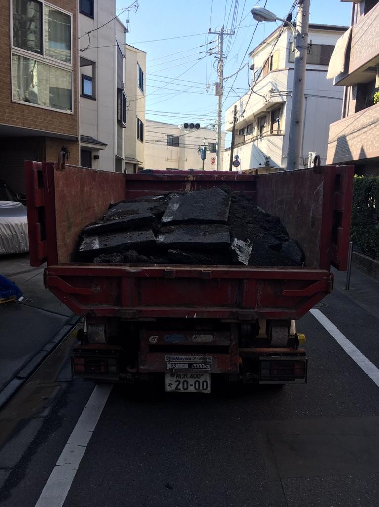 【産業廃棄物の回収】アスファルト斫りの回収を東京都板橋区にて行った事例を紹介します。