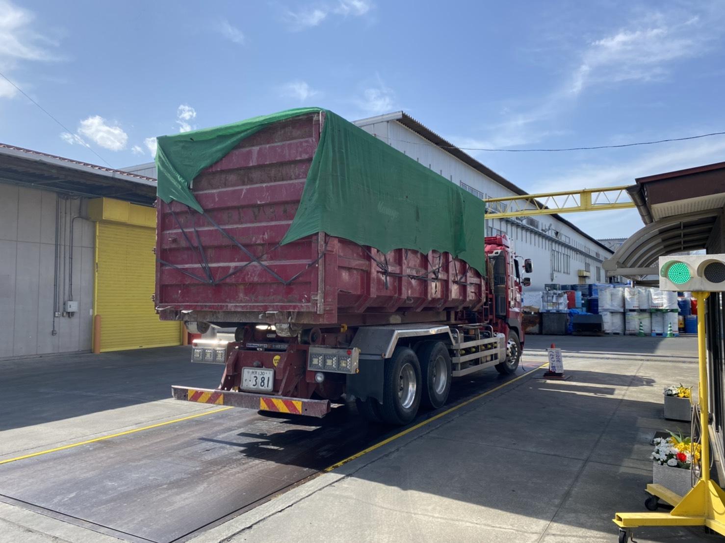 【産業廃棄物の回収処理】化粧品等の回収を工場にて行った事例を紹介します。