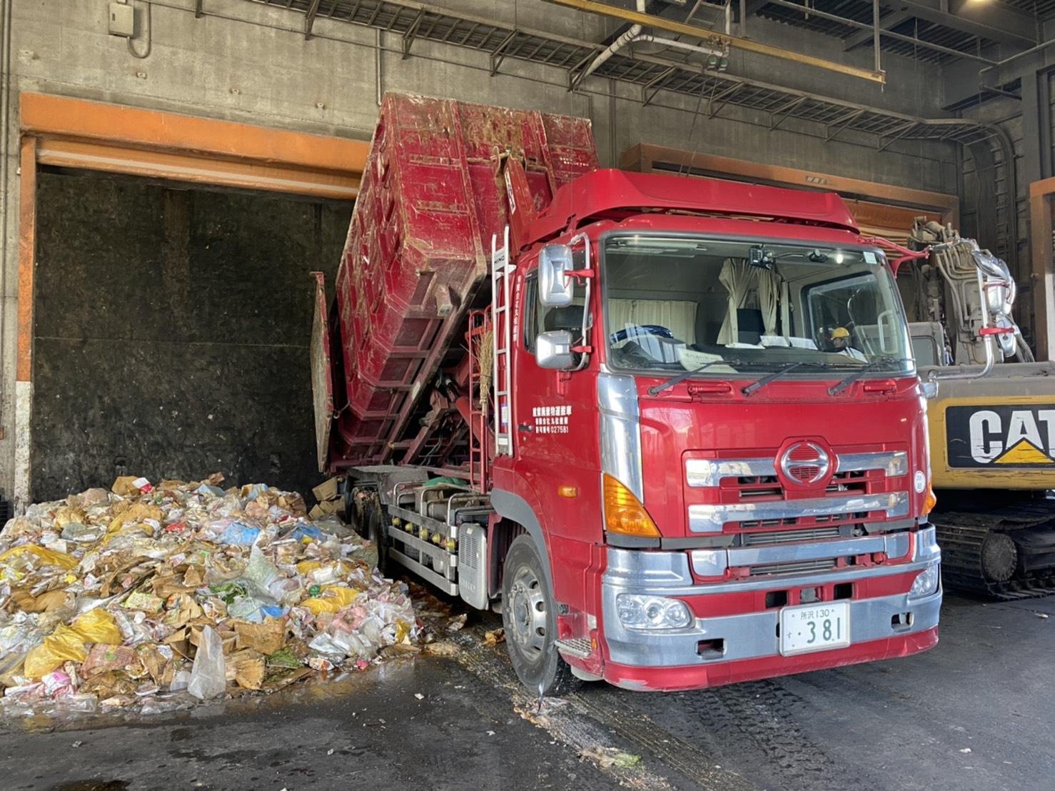 【産業廃棄物の回収処理】廃化粧品(汚泥)等の積み込みと廃棄を工場にて行った事例を紹介します。